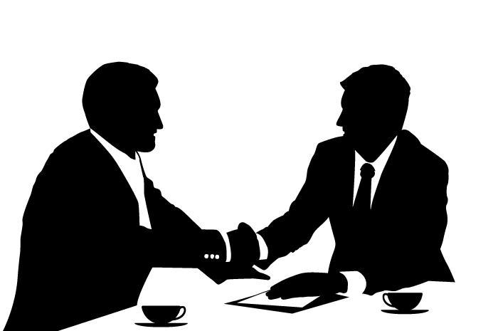 Beratungsgespräch; Kunde und Berater schütteln sich die Hände.